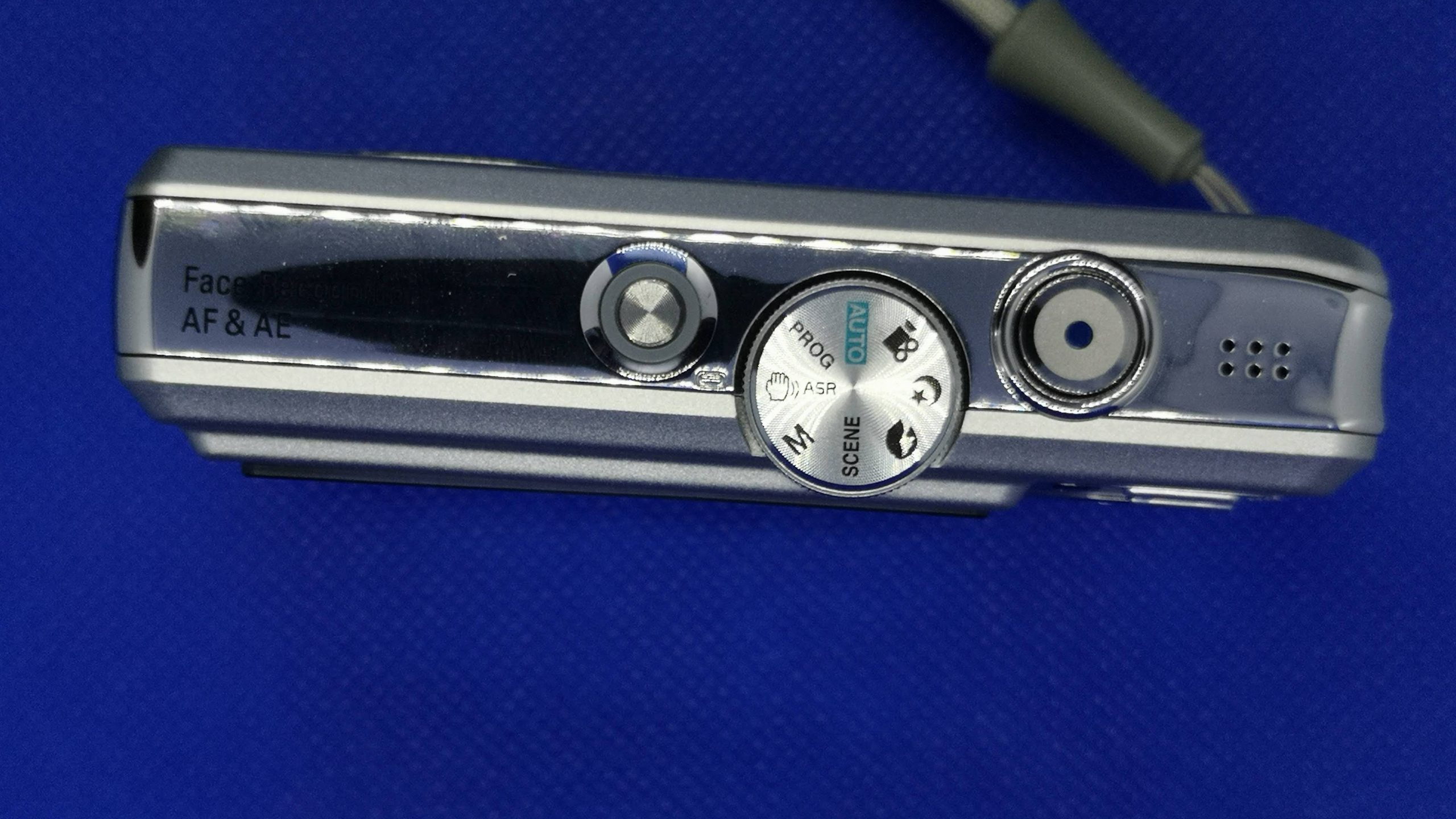 Top plate with on/off (l), mode dial and shutter (r)