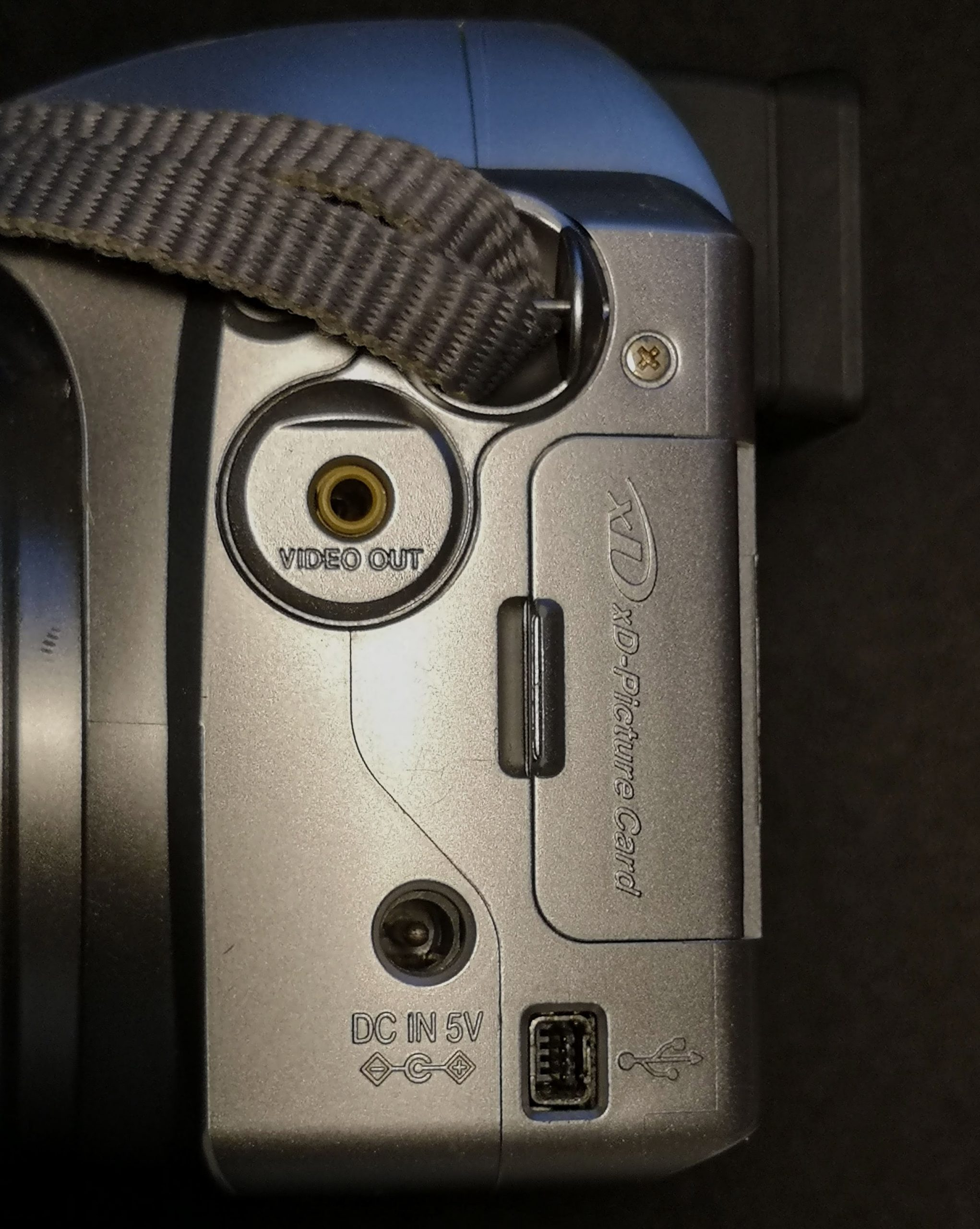 Side ports on Finepix S3000