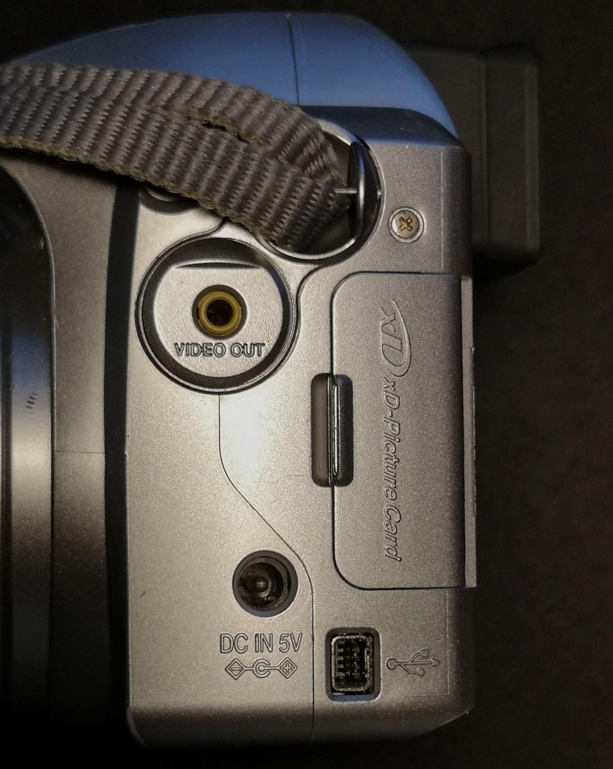 Side ports on Finepix S3000